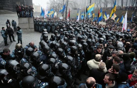 ucraina-manifestanti-gabinetto-ministri-ucraina-e1385367727280